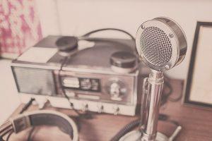 8 תכניות רדיו מומלצות להאזנה בזמן הפנוי